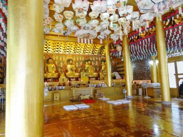 韓国の金ピカお寺 中も金