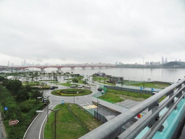 浸水した漢江(ハンガン) 橋の上から