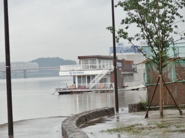 浸水した漢江(ハンガン) ボート