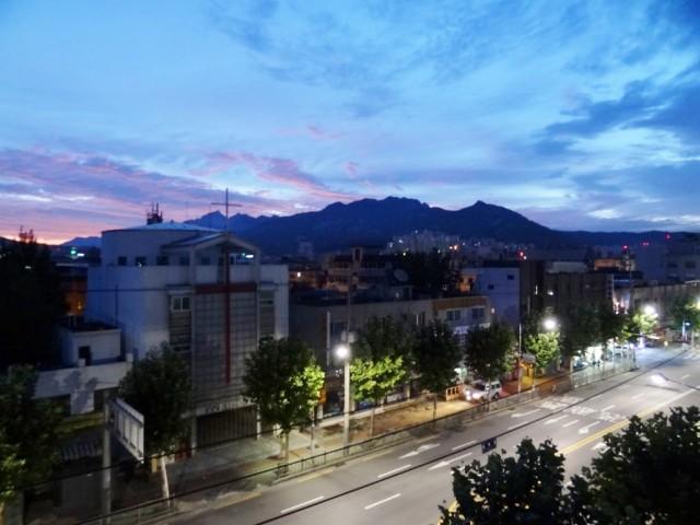 龜山(グサン)の夜明け 明るい