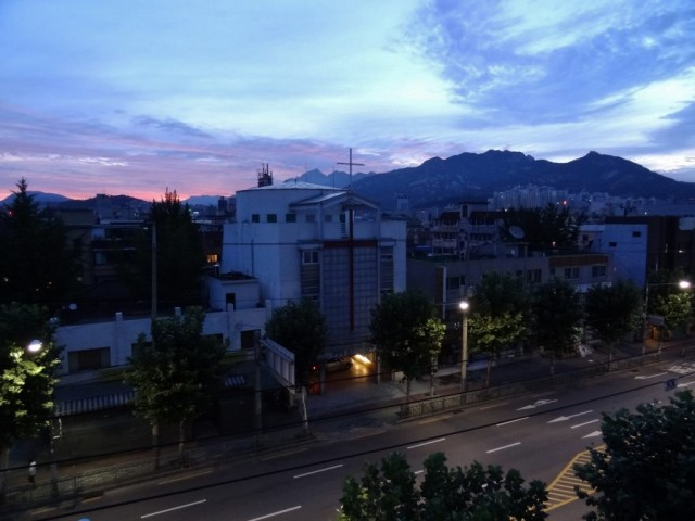 龜山(グサン)の夜明け