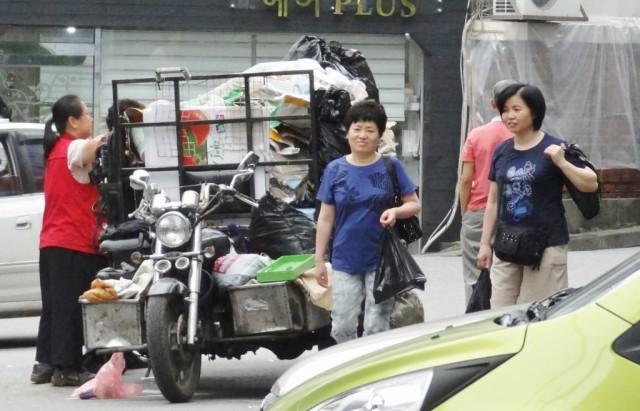 韓国のバイク リアカー ゴミ満載
