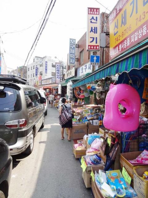 昌信洞(チャンシンドン) 文具・玩具通り 車が邪魔