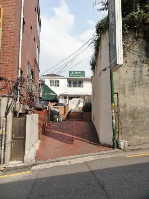 南山ケーブルカー 前の道 ゲストハウス
