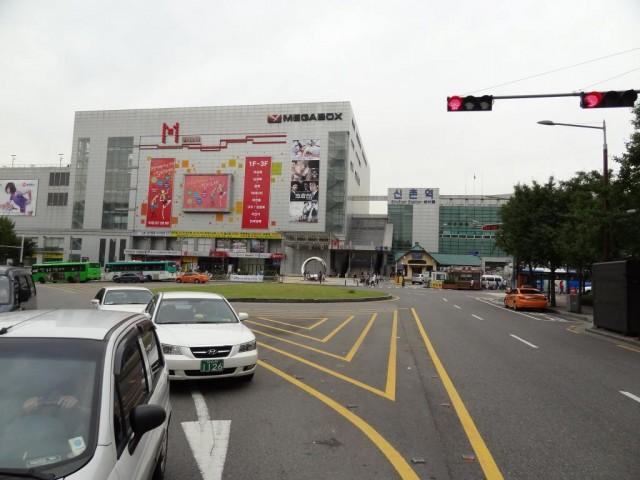 新村(シンチョン)の駅前