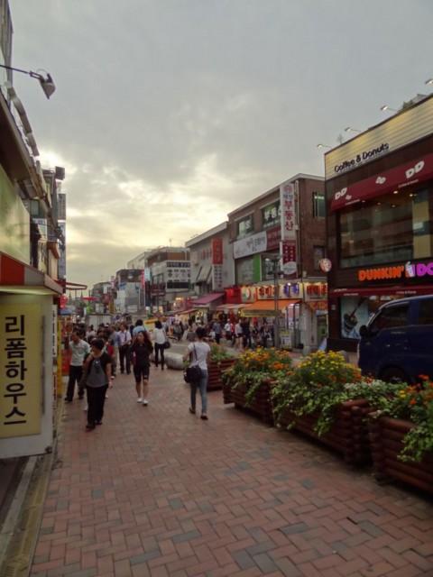 新村(シンチョン)の通り 大学生がたくさん