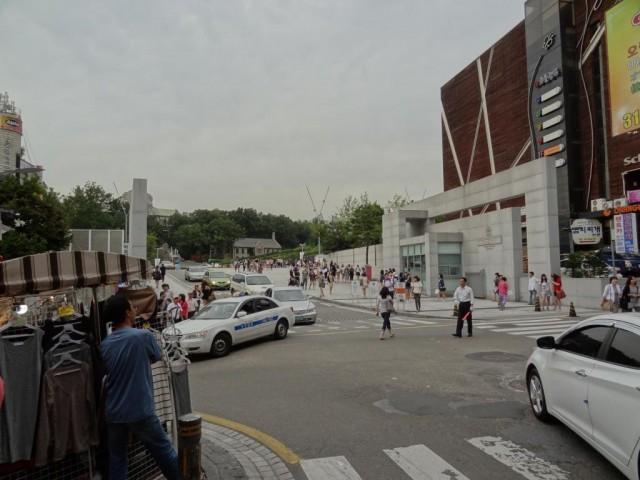 梨花(イファ)女子大学の入り口 左