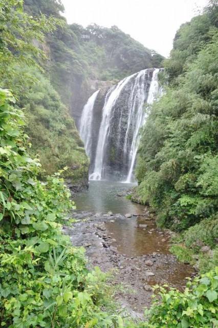 温泉からも滝を眺められる
