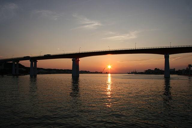 640px-夕日と城ヶ島大橋