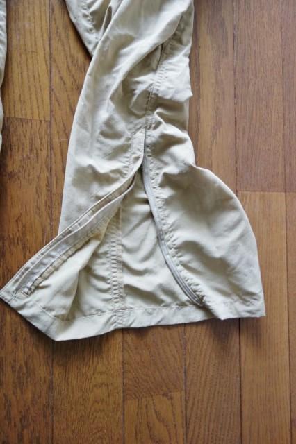 裾はジッパーで大きく開けられる