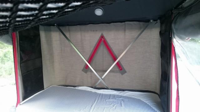 バッテンの鉄の棒で天井をささえる(ストライプのマットは付属されてます。白いシーツはマットが汚れないように反対部分をカバーしてます。)