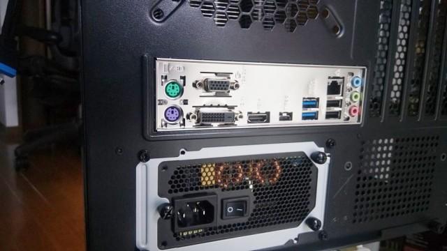 ケース裏側 電源もマザボも問題なく設置完了