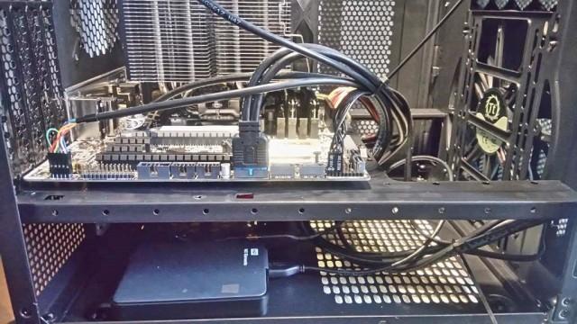 HDDなどないので外付けUSB HDDを電源の横に置く