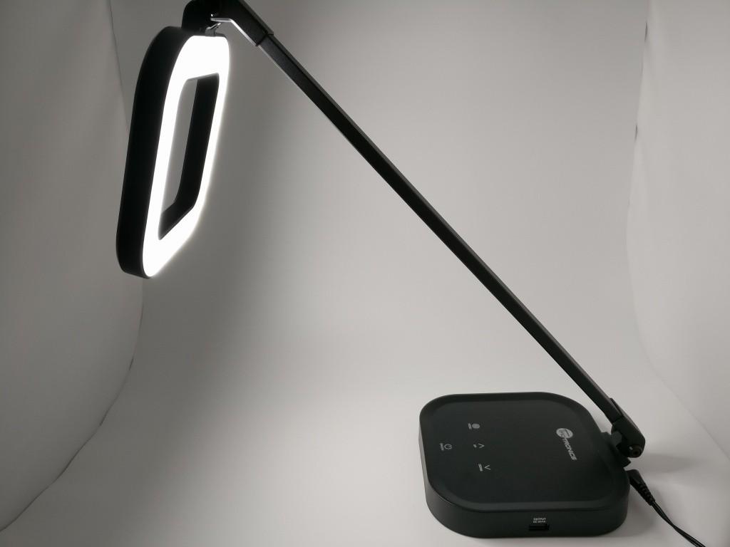 LED デスクライト TaoTronics 電気スタンド おしゃれ卓上スタンド・テーブルランプ 目に優しいタッチセンサーで5段調光 3段色温調節 インテリジェントメモリー機能 USB 充電ポート付 TT-DL21