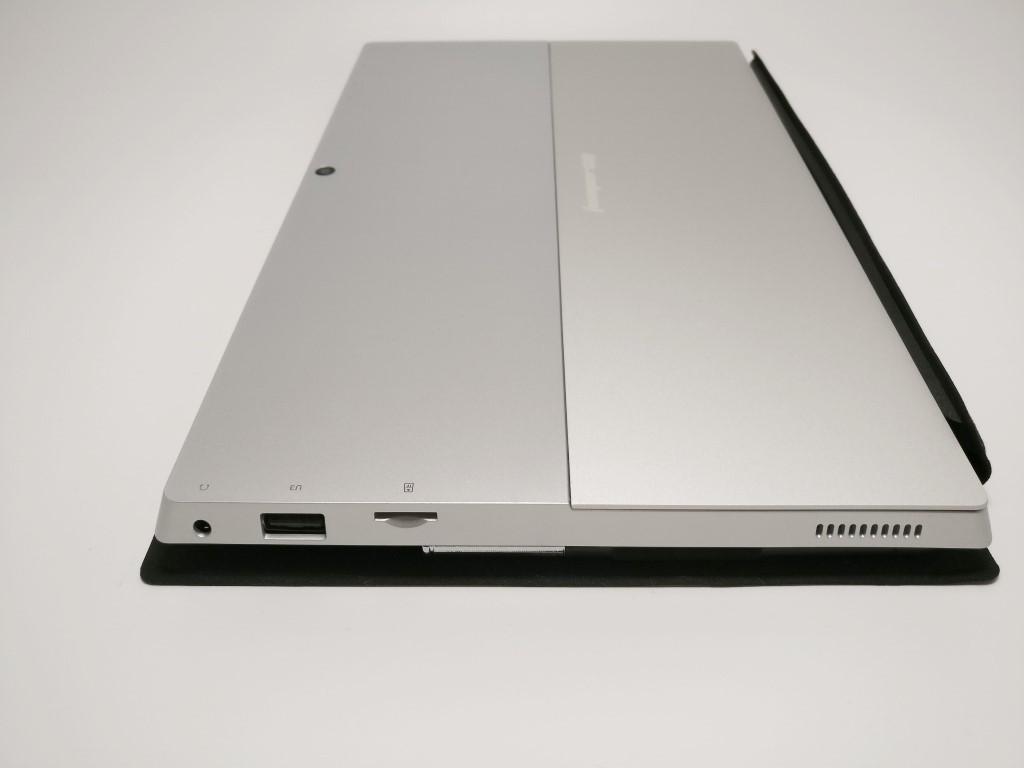 右側面:イヤホンジャック・USB2.0・MicroSD
