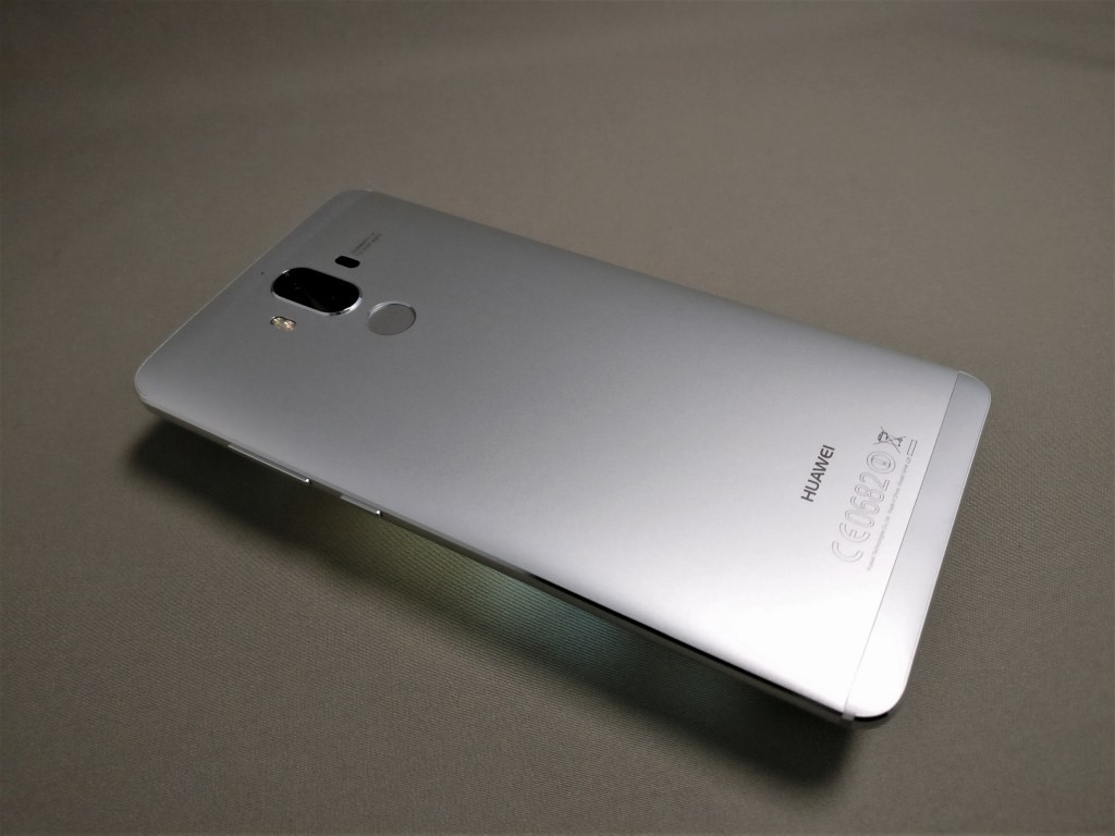 Huawei mate 9 裏面 斜め下