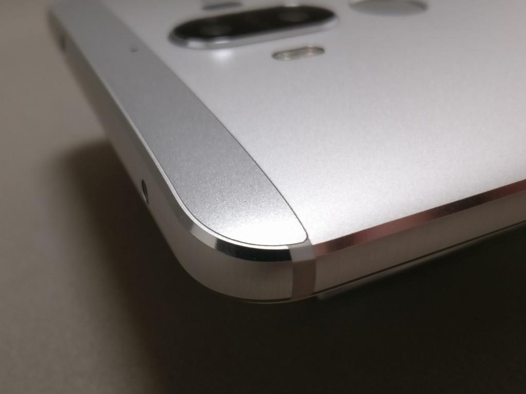 Huawei mate 9 裏面・側面一体型のメタルに上と下にパーツを埋め込んだ構造