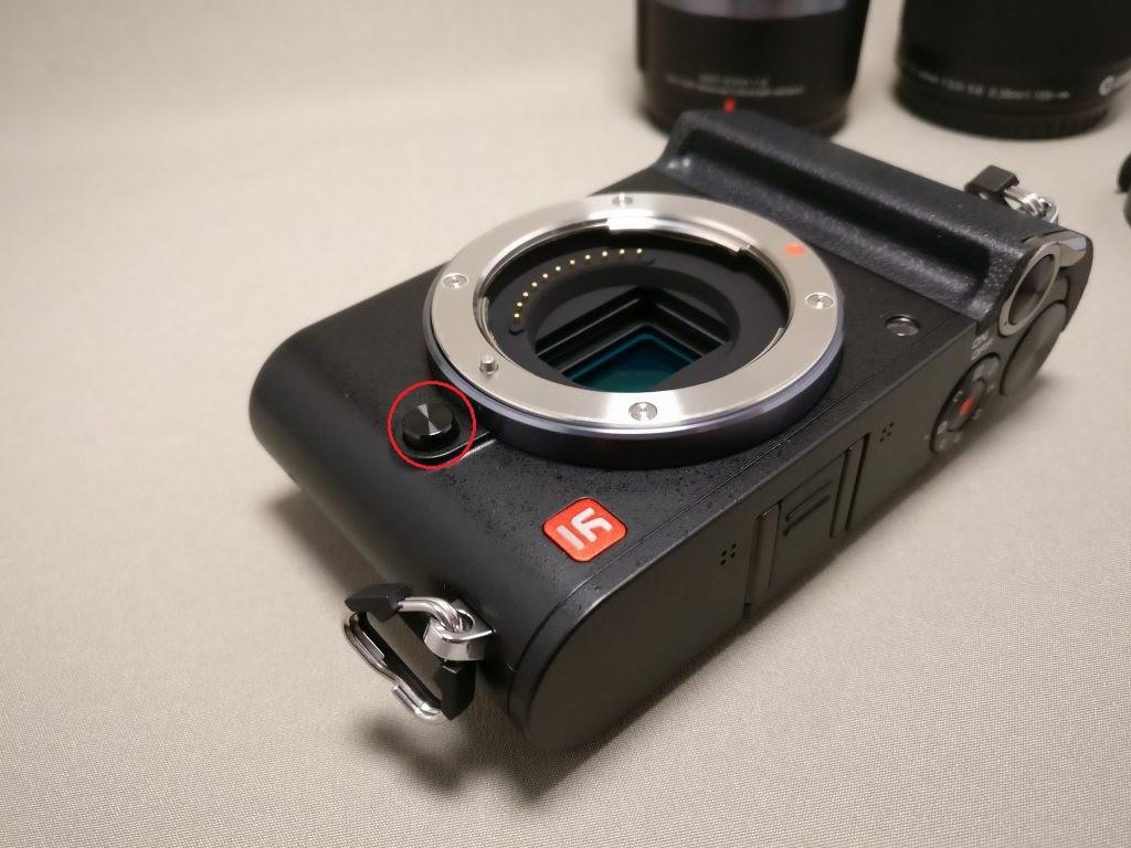 Xiaomi Yi Digital Camera M1 レンズ装着 ボタンを押しながら反時計にまわして取る