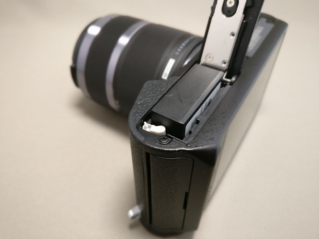 Xiaomi Yi Digital Camera M1 バッテリーを取り出す