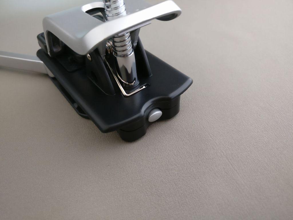 サンワダイレクト スタンドルーペ 拡大ルーペ 拡大鏡 LEDライト付 クリップ対応 レンズ径9cm 400-CAM019 LEDライトのスイッチ