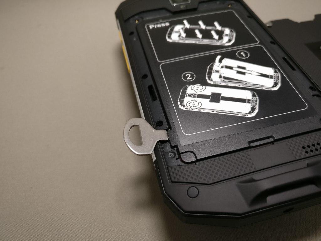 AGM A8 裏フタ開ける マイナス工具