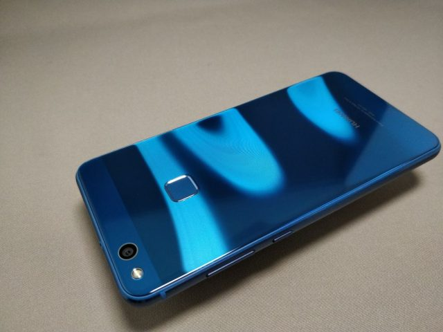 Huawei P10 Lite 裏 斜め