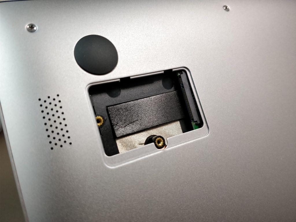 Chuwi Lapbook Air  M.2 SSD拡張 フタ開く