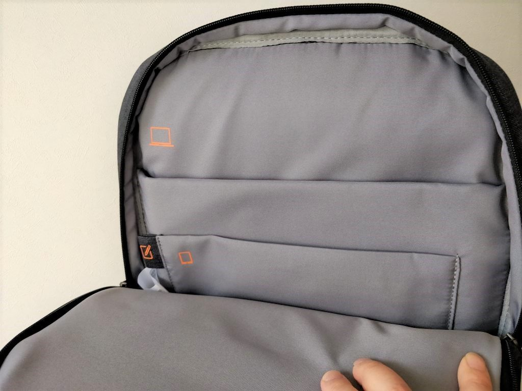 奥のほうにも大きめなチャックがついたポケット↓があって、背面のポケットの間には緩衝材が入っているのでこちらにもガジェットを収納できそう。  Xiaomi 26L ラップトップ バックパック メインポケット
