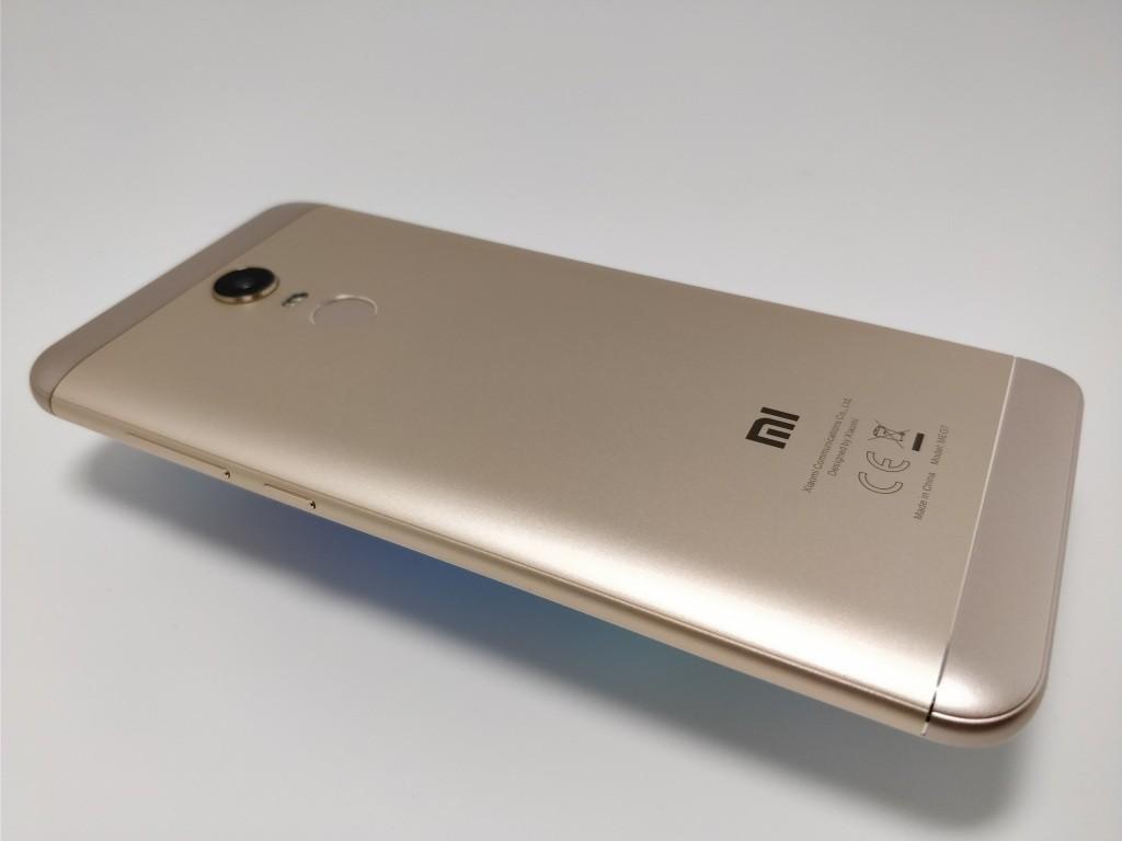 Xiaomi Redmi 5 Plus 裏 斜め