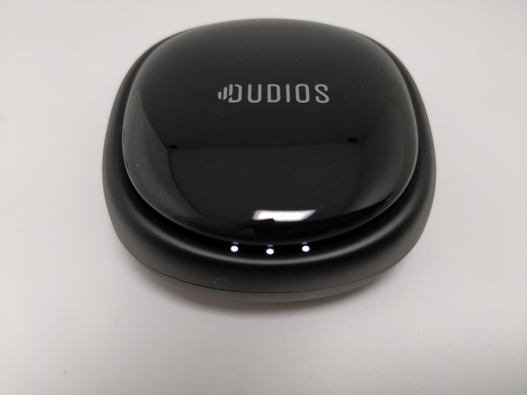 Dudios Zeus TWS 本体 充電台 閉じる