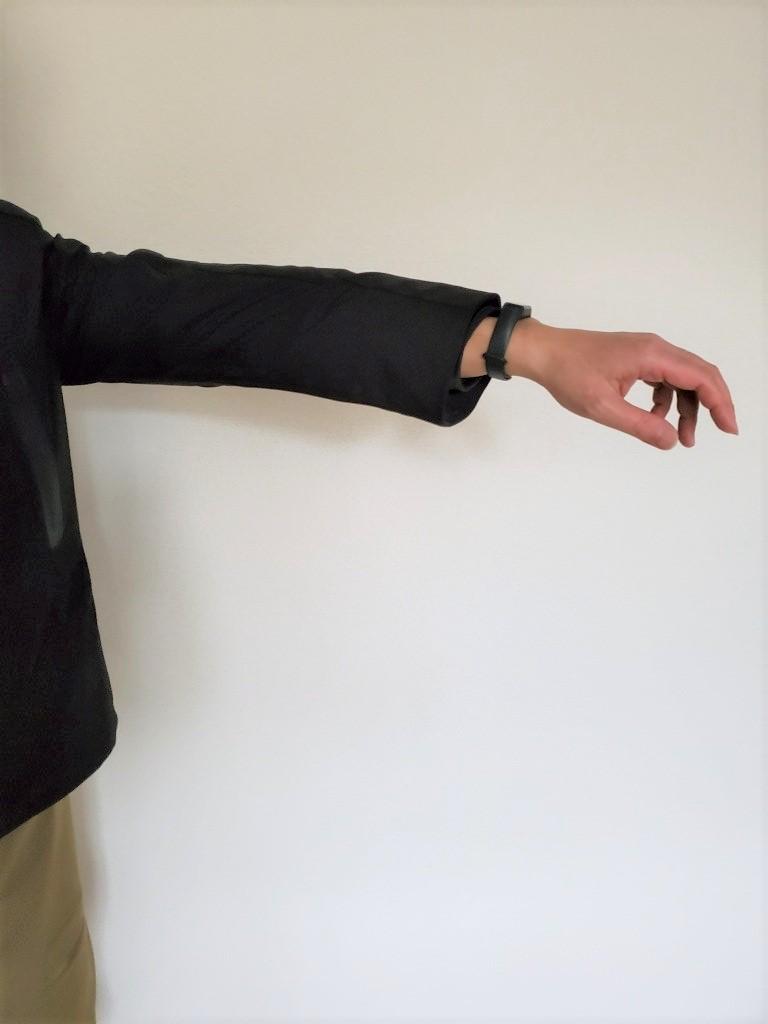 腕を伸ばすと寸足らずでやはりツンツルテン・・・
