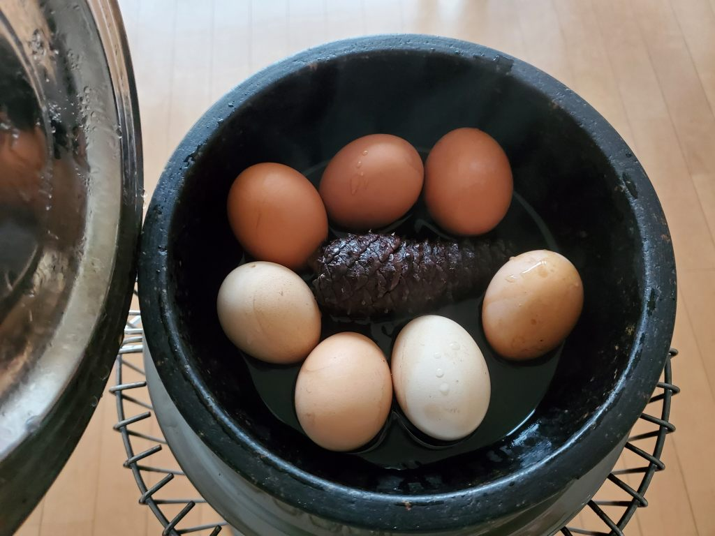 燻製卵と松ぼっくり